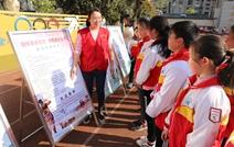 志愿者向同学们讲述革命烈士的事迹.JPG