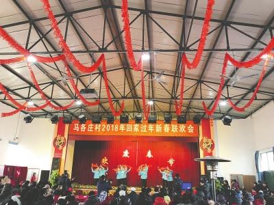 马各庄村村民欢聚一堂,观赏节目的同时唠上家常。朝阳报记者张天一摄.jpg