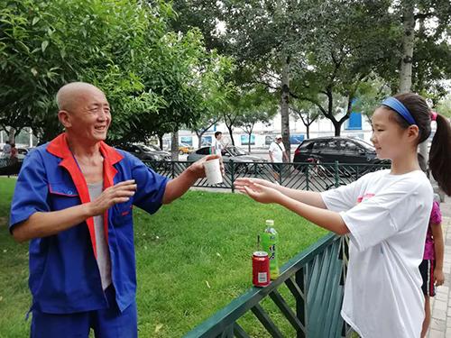 500海淀区甘家口街道:大手拉小手 丝丝凉意送到手 (2).jpg