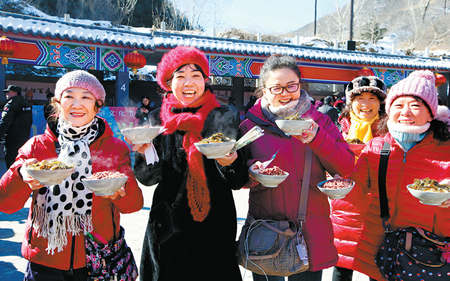 敛巧饭不仅吸引着十里八村的乡亲们,越来越多的城里人也前来体验。.jpg