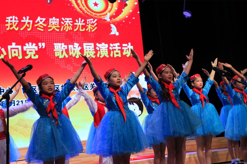 靳家堡中心小学表演《红星歌》、《伟大的北京》1.jpg
