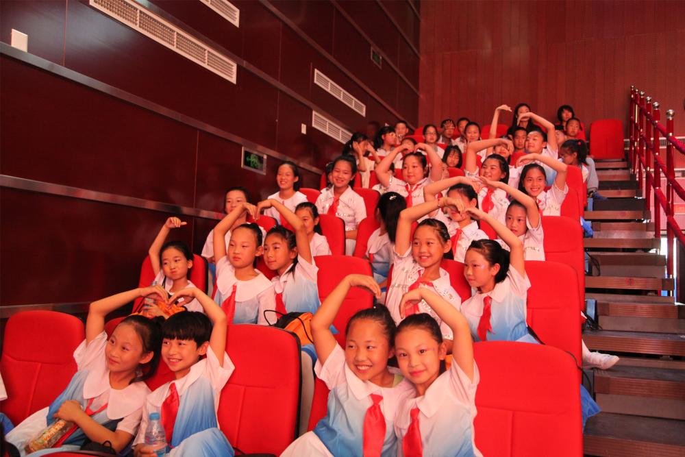 台下的小观众们开心的比心1.jpg