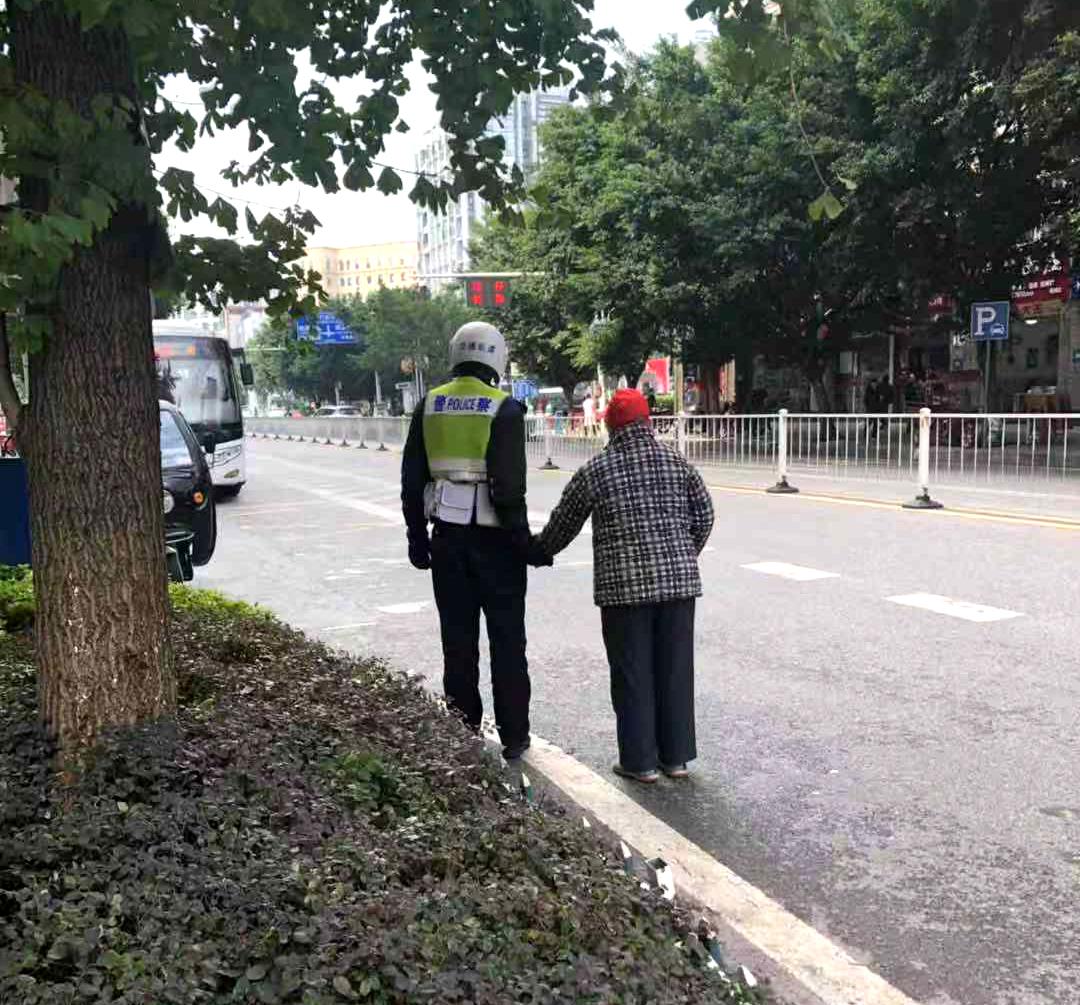 长寿交巡警搀扶老人意外走红