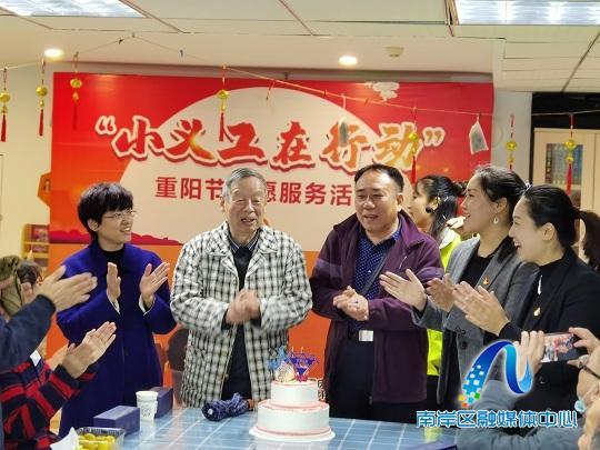 重庆南岸:重阳送温情 志愿暖人心