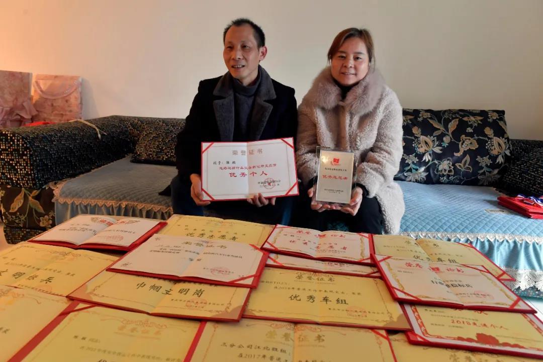重庆南岸开展先进典型走访慰问活动
