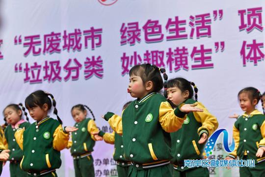 幼儿园小朋友表演舞蹈宣传垃圾分类。记者 崔景印 摄.jpg