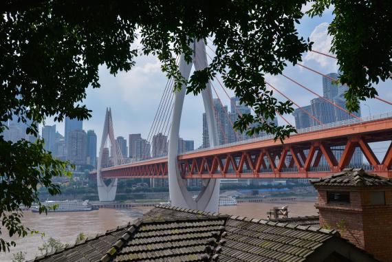 在重庆市南岸区龙门浩老街拍摄的长江和对岸风景(7月20日摄)。新华社记者徐钦摄.jpg
