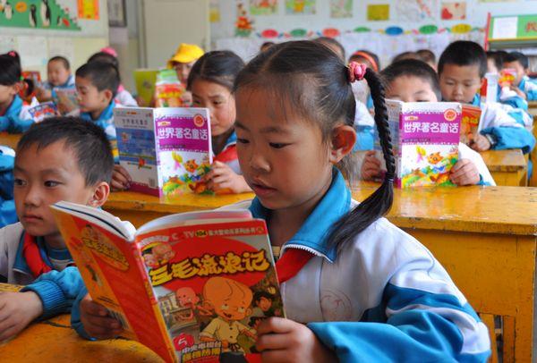 甘州区北街小学学生们在课堂上阅读各自喜欢的课外图书