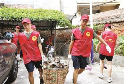 20余名志愿者清扫门前屋后共创文明城