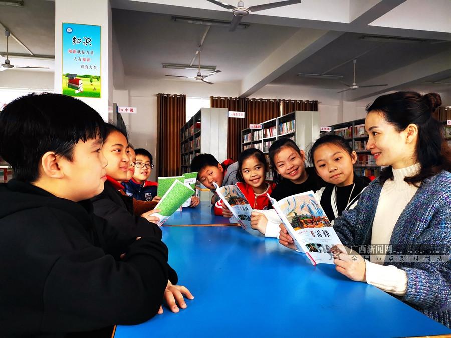 河池:都安第二小學給學生講雷鋒故事 傳雷鋒精神