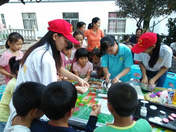 贺州八步区开展暖情中秋关爱留守儿童活动