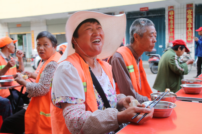 环工工人吃到热腾腾的爱心早饭,特别开心.jpg