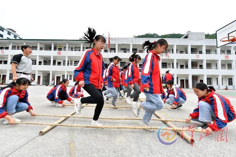 襄阳市龙坪镇中心学校:校园欢跳竹竿舞