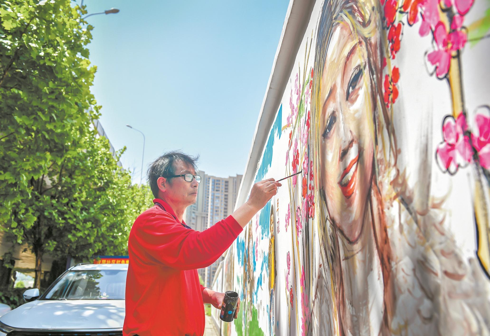 """武汉画师创作""""墙画""""9年 百味人生上墙成美景"""