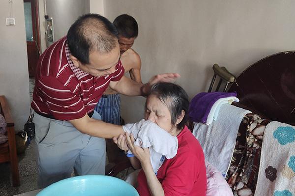 60后好女婿30年悉心照料聋哑岳父母