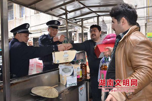 中国人民警察警歌合唱谱-新疆青年与湘潭民警互赠礼物 共谱一曲民族情