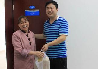 谢爱梅(左一)将10万现金归还刘康智.jpg
