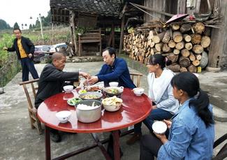 陈海燕(右二)和前夫父亲、弟媳一家人.jpg