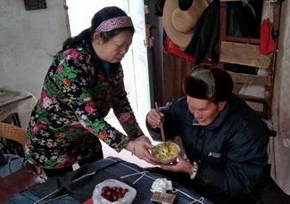 王凤英照顾去世丈夫的继父丁兴善.jpg