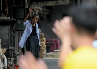 唐上君(左)与学生挥手道别(9月8日摄)。.jpg