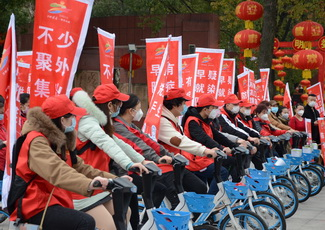 """图为 2月25日,""""轻骑""""志愿者在娄星广场开展""""戴口罩、不扎堆""""活动启动仪式02.JPG"""