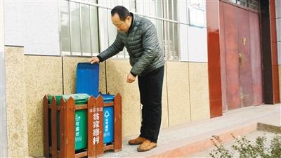 村民家门口都安置有这种分类垃圾桶.jpg