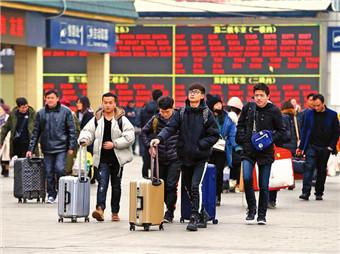 1月9日,在西安火车站,回家的人迈着急促的脚步,纷纷进站准备登上返乡的列车回家过年。    本报记者 安涛摄.jpg