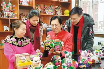胡新民和家人一起制作泥塑猪.jpg