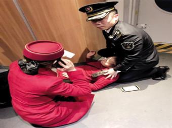 3月19日,一位旅客发病晕倒,列车长跪地用腿当枕头安抚病人。.jpg