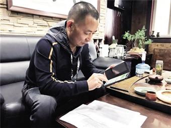 每收到一笔善款,王辉都会认真回复,表达谢意。 本报记者 宋雨 摄_副本.jpg