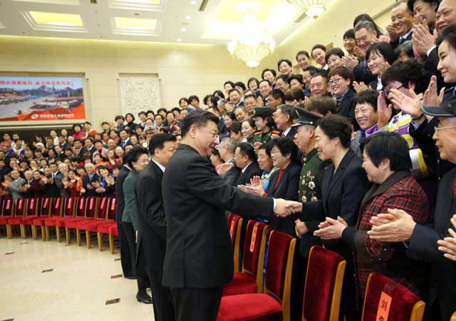 12月12日,党和国家领导人习近平、刘云山等在北京会见第一届全国文明家庭代表。.jpg