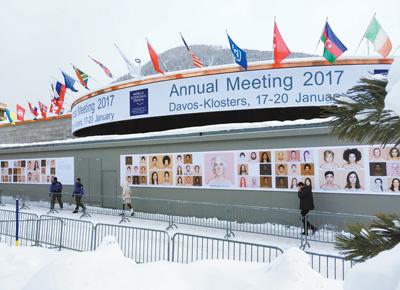 达沃斯位于瑞士东部靠近奥地利边境的阿尔卑斯山区,世界经济论坛年会每年年初在这里举行。图为1月16日,行人走过达沃斯举办世界经济论坛年会的会议中心。