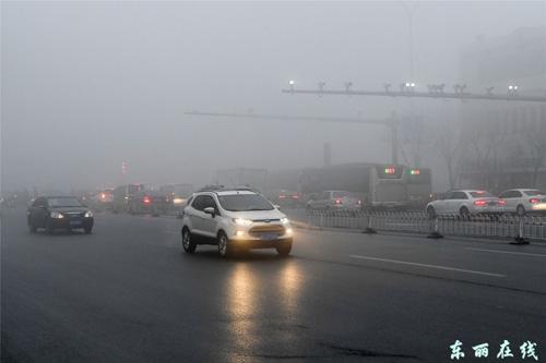 重污染雾霾天气笼罩下的街道 图片来源:东丽在线-中国文明网 天津东