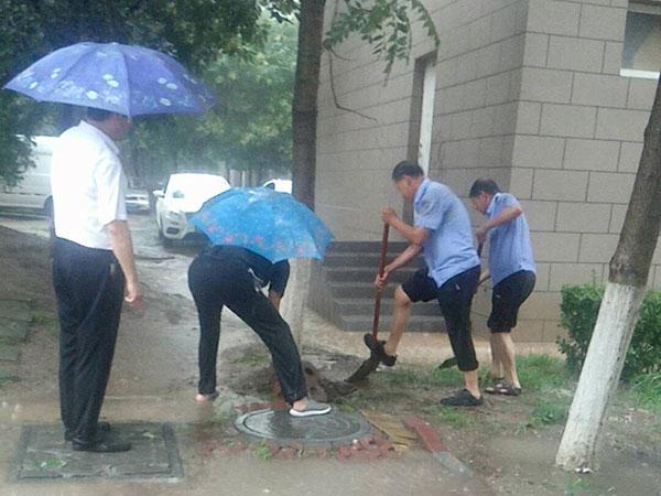 雨中坚守 为这些可爱的人点赞!
