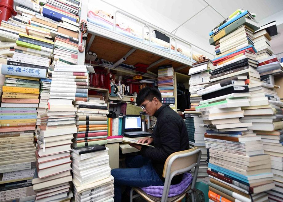 大学生宿舍藏书5000册图片