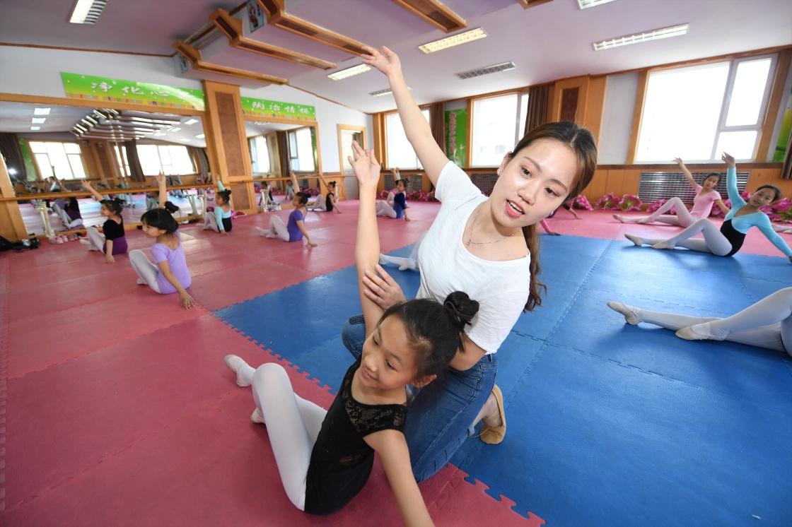 5月25日,在长春五十二中赫行v教师教师小学部,学生宗正湘纠正舞蹈小学学校散文诗图片