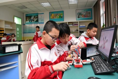 12月20日,承德市南营子小学学生在教室内搭建机器人。.jpg
