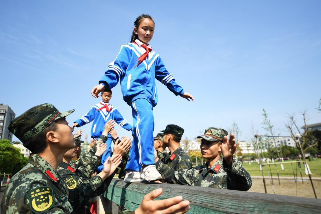 感受军旅生活亚洲杯 接受国防教育