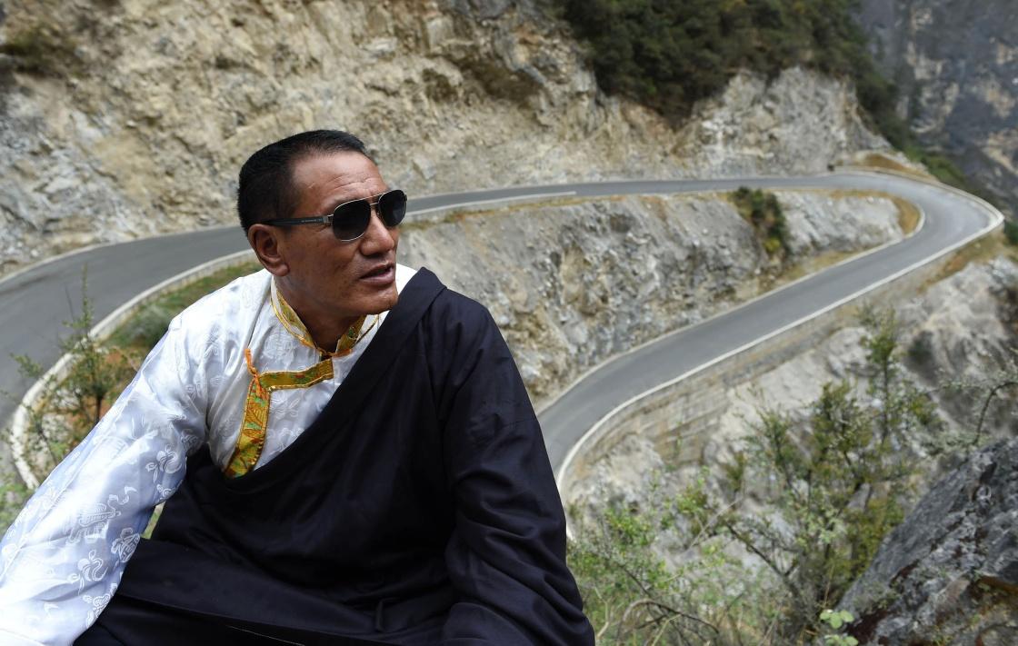 """一条天路,一个梦想――藏族""""愚公""""斯那定珠传奇"""