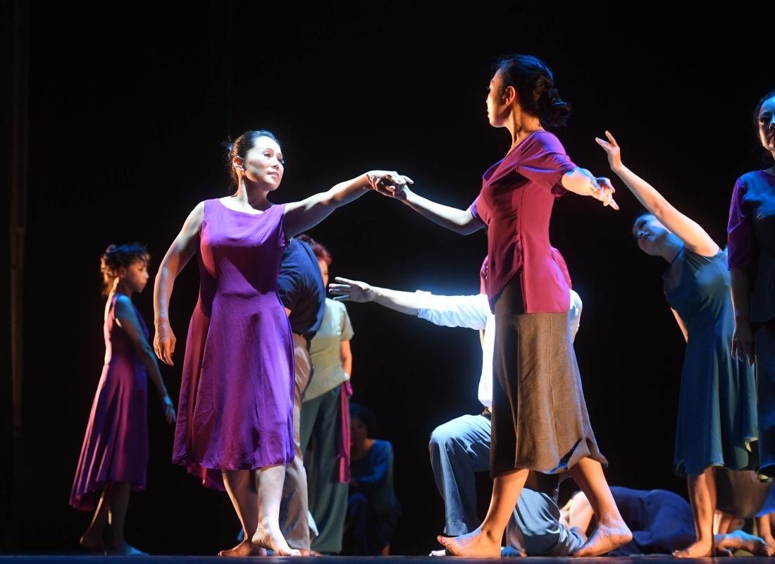骑在大妈肉体上_大妈们一开始练习舞蹈是为了打发时间,锻炼身体,但逐渐舞蹈成了她们