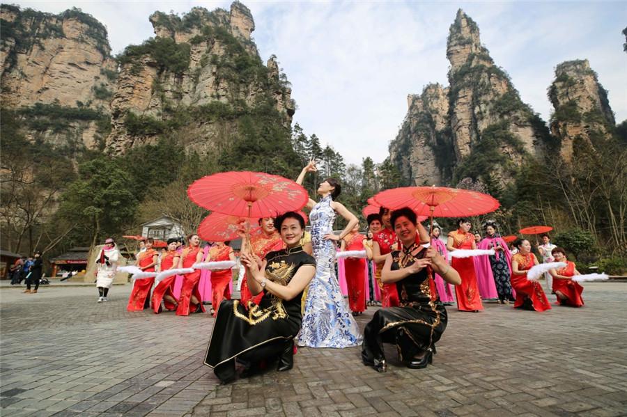 2月25日,旗袍爱好者在张家界武陵源风景区展示旗袍.