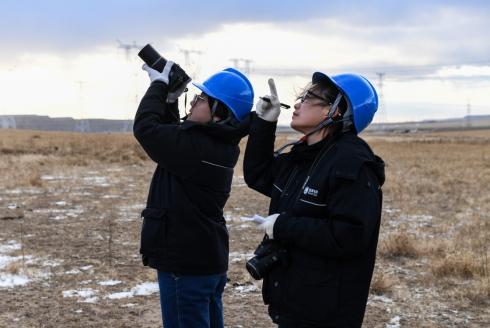 女子特高压输电班的项淑俊(前)和李晓红在巡查线路(10月26日摄)。.jpg