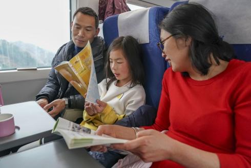 1月29日,在G2883次列车上,响应倡议的家长带着孩子一起读书。.jpg