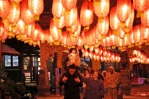 2月8日,游客在江苏常州春秋淹城景区赏灯游玩。2.jpg
