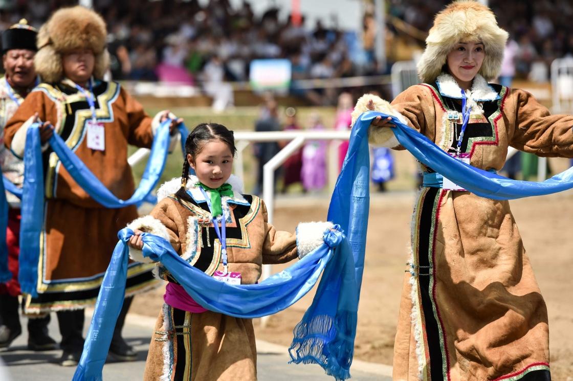 模特展示蒙古族部落传统服饰.新华社记者 连振 摄-内蒙古第二十七届