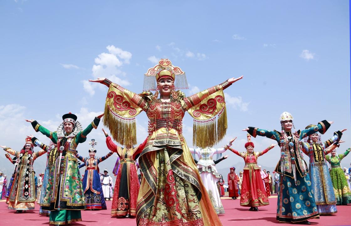 模特展示蒙古族传统服饰.新华社记者 潘旭 摄-内蒙古第二十七届草原图片