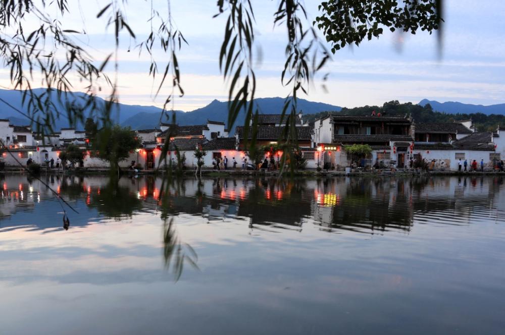 10月1日,人们在安徽黄山黟县宏村风景区游览.新华社发(施广德 摄)