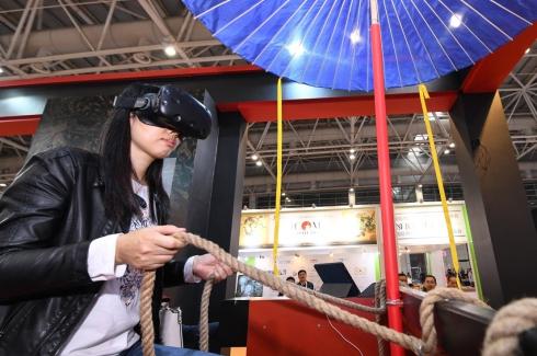 11月23日,参观者在使用VR眼镜体验虚拟现实考古场景。.jpg