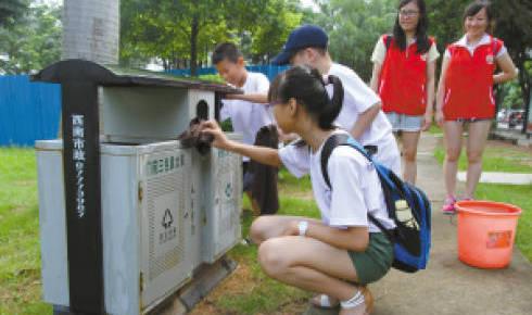 小志愿者们走上三水街头,帮助环卫工人清洗垃圾桶.jpg