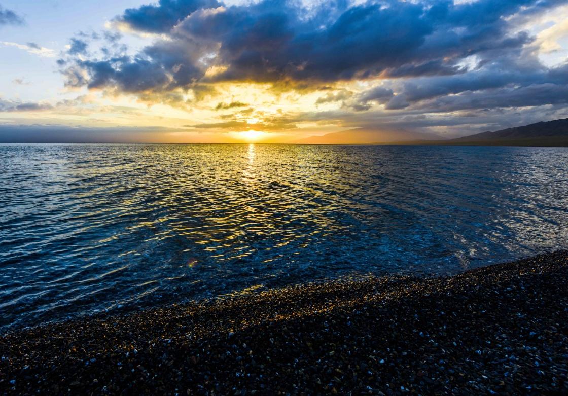 这是赛里木湖日出一景。新华社记者 赵戈 摄   进入夏季,地处天山中段的新疆赛里木湖迎来了一年中最美丽的季节。赛里木湖是新疆海拔最高、面积最大的高山湖泊,湖水清澈透底,透明度达12米。同时,这里又是大西洋暖湿气流最后眷顾的地方,因此有大西洋最后一滴眼泪的说法。